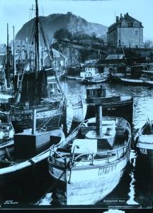 Rønnebergfamilien er bygde seg opp gjennom handel og fiske. Rønnebergvillaen, sett frå hamna i Ålesund. Foto: Alesund museum.
